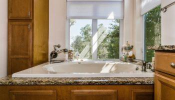 Bois exotique : un matériau haut de gamme pour votre salle de bain