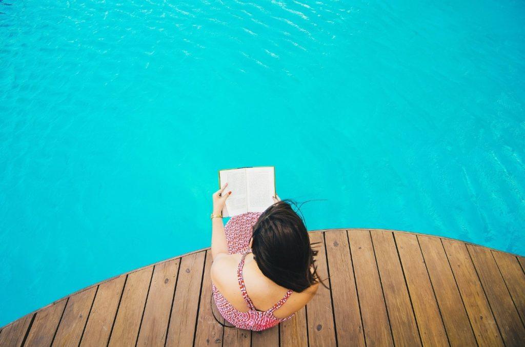 lecture au bord piscine en bois