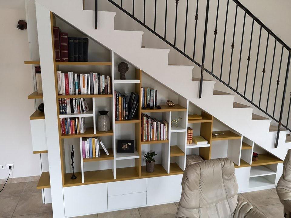 rangement bibliothèque sous escalier